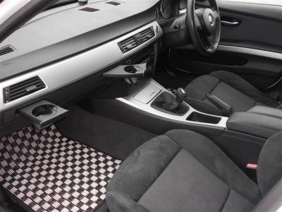 足元には白と黒のオリジナルフロアマットが装着されエクステリアとの一体感が増しており、スペースに余裕の有る助手席スポーツシートにもパワーシート機能が装備され、無段階でリクライニング調整が行なえます。
