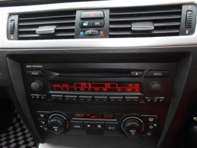 純正CDデッキを装備しておりボディー剛性や気密性の高い室内の恩恵で自然で高音質な音色を楽しめます。オートエアコンは左右独立で温度設定可能ですよ!!