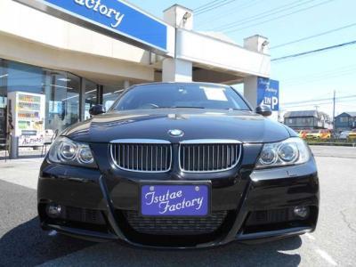 E90 335i Mスポーツ スポーティーな人気色ブラックサファイア入庫致しました。ご購入後のメンテナンスも元BMW正規ディーラーメカニック在籍のつたえファクトリーにお任せ下さい!「http://tsutae-factory.com」