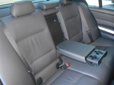 間口の広い後席は乗り降りしやすく、先代に比べボディサイズが拡張されたこともあり後席にもしっかりとした余裕があり、後席用エアコン吹き出し口やアームレストにはドリンクホルダーが備わっています!!