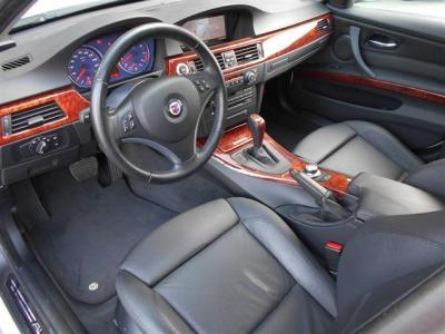 本革スポーツシートはホールド性が高くサイドサポート調整機能付きのパワーシートでロングドライブでも疲れづらいです。背もたれにはアルピナエンブレムも付いており座っただけで特別な車だと感じることが出来ます。
