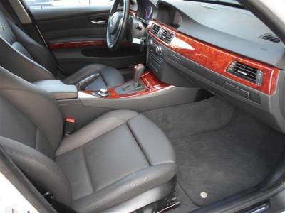 助手席もサイドサポート機能付きパワーシートで、前席は女性に嬉しいシートヒーター付き!助手席前には格納式のカップホルダーも付いており、フロアマットにもアルピナのエンブレムがレイアウトされています。