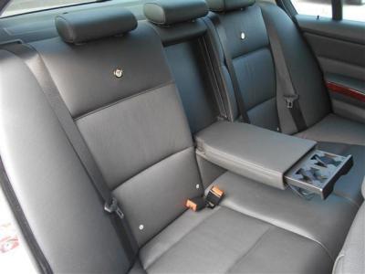 間口の広い後部座席は、足元空間も後輪駆動とは思えないくらい十分に確保され、ゆっくりとくつろげる空間になってます! アームレストにはカップホルダーが収納され、背もたれにはエンブレムが輝いていますよ。
