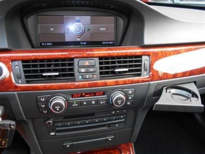 純正ナビを装備したインパネにはACやオーディオ、シートヒーターSWが集約されています。シンプルで操作しやすいので輸入車が初めてというかたでも安心してお使いいただけます。モニターでは車両情報も見れますよ。