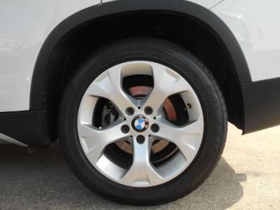 開発段階から日本市場の特性を十分考慮し、一般的な機械式駐車場にも収まる全幅180cm、全高154cmのボディは取り回しが楽で、Xシリーズ初の後輪駆動の採用により普段使いも軽快そのものですよ!