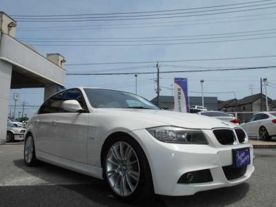 弊社にて整備歴の有る E90型 320i 後期LCI Mスポーツ アルピンホワイトが入庫致しました!! ご購入後のメンテナンスも元BMW正規ディーラーメカニック在籍の「つたえファクトリーに」お任せ下さい!