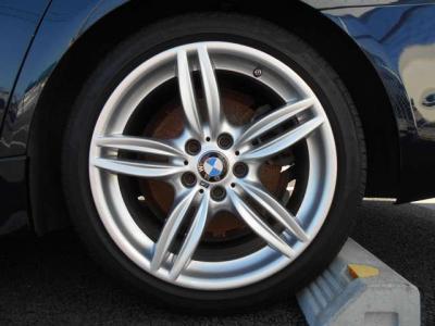 左リアアルミホイール     ★ご購入後のメンテナンスも元BMW正規ディーラーメカニック多数在籍の「つたえファクトリーに」お任せ下さい!