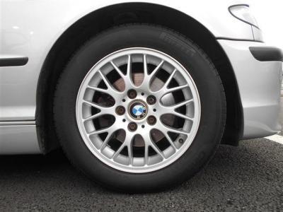 純正の16インチホイールでスポーツサスペンションでも乗り心地を損ねず、安定した走りを実現する318iにはぴったりの組み合わせだと思います。