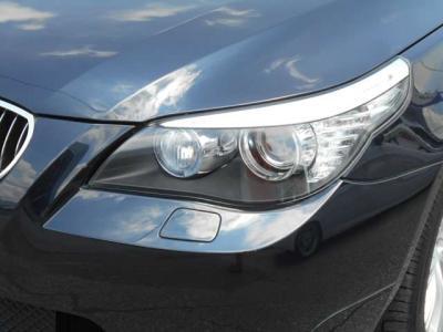 ヘッドライトのレンズはクリアな状態を保っており、HIDライトが明るく照らしてくれるので夜道でも安心してドライブが出来ますね。エンジェルリングがBMWだと言うことを離れていてもアピールしますよ!