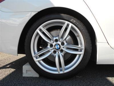 右リアアルミホイールです。 4本共にタイヤはダンロップ SP SPORT MAXX GT ランフラットを組み合わせ、乗り心地と走行性能を両立しています。