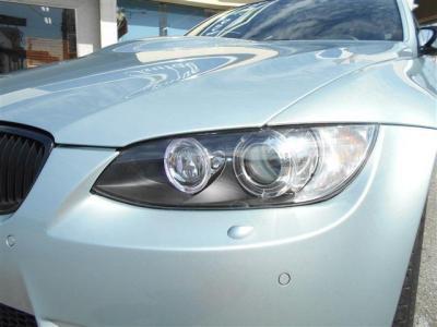 ヘッドライトのレンズもクリアな状態を保っており、キセノンヘッドライトが明るく照らしてくれるので夜道でも安心してドライブが出来ますね。エンジェルリングがBMWだと言うことを離れていてもアピールしますよ!