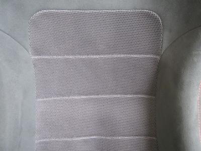 通気性を考え、背面と座面にはメッシュ素材を使用しています♪