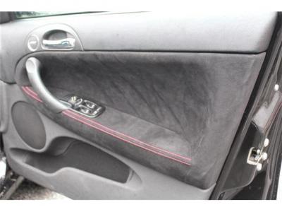 ドアの内張はアルカンターラで張替えて赤いダブルステッチです