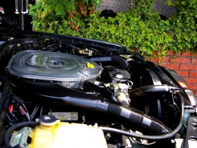 ★アクセルペダルに追従したリニアな吹け上がりが魅力の大排気量V8。そのサウンドも往年のメルセデスらしい独特のビートです♪