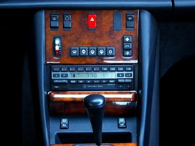 ★高級感たっぷりの贅沢なウッドパネルに純正オーディオ、エアコンダイヤル&スイッチ、シートヒータースイッチ、ハザードスイッチなどが機能的に配置されます。