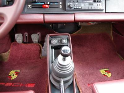 ★4速マニュアルミッションと3.3リッターターボの組合わせは、乗りやすさ重視の現代ポルシェとは正反対の性格♪