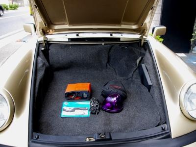 ★トランクルームもほとんど使われていません♪ ★新車時保証書・整備手帳・本国取扱いマニュアル・スペアキーあり♪