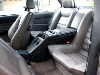 ★リアシートも大人2人がきちんと座れる左右独立式です。 このクルマに4名乗車は似合いませんけど・・・。