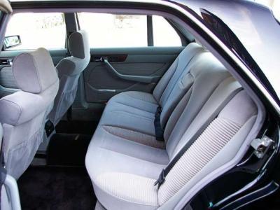 ★リアシートにもシートヒーターと電動アジャスト機能が付いています♪ ★シートのハリもきちんとあり、使用感無くコンディション良好です♪  ★リアシートの余裕の広さはロングボディならではです♪