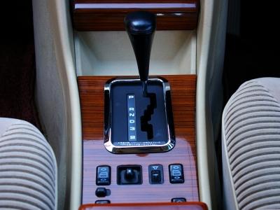 ★機械式4速オートマチックはこの時代のメルセデスの特徴です。機械式独特の変速フィーリングに多くのファンを持っています♪