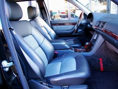 ★電動&3メモリーの本革コンビ柄シート(シートヒーター付き)の状態もコンディション良好です♪ ★ロングボディの室内空間の広さと快適性は、220、221のSクラスとて比較になりませんね♪