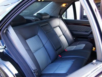 ★リアシートの快適性はロングボディならでは。足元・天井の広さが余裕です♪ ★シートヒーター&電動調整リクライニング機能のついた本革です♪