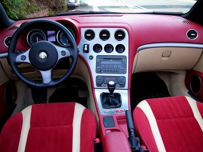 ★全ての計器類がドライバー側に向いてオフセットされ、ドライバーを最優先に考えたコックピットです♪ ★エアコンの吹き出し口まで含めたデザインの美しさは、さすがイタリア車♪