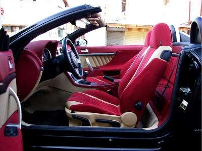★ボディカラーのカーボンブラックにピッタリな、ベージュと赤みを抑えた大人のレッドの組合せがお洒落そのものです♪ ★シート背部に小物入れスペースを完備しています♪