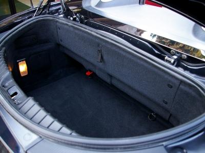 ★トランク容量より「見た目が大事」がスパイダーの伝統。 その伝統を守り、深みはあるものの決して使いやすくないトランクスペース。荷室容量は235リッターで下部にパンク修理キットを搭載。