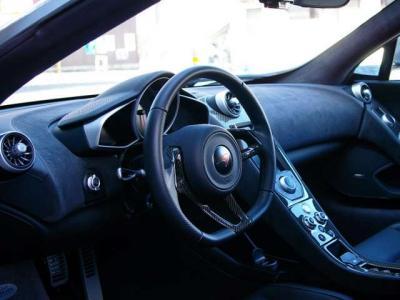 ★オプションのカーボンインテリア・アップグレード(484,000円)です。 シンプルでレーシーな雰囲気は、マクラーレンF1マシン譲りです♪ ★7速DCTをパドルシフトで操ります♪♪♪
