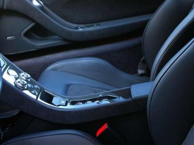 ★細めのセンターコンソールにプッシュスタート・ボタン、パーキング・ブレーキやリバースギア・ボタンなどを配置。