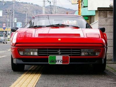 ★フェラーリ伝統の格子グリル。それをウインカーとフォグランプを内蔵したコンビネーションランプが挟み込むデザイン。 クラシカルで優雅な雰囲気を醸し出しています♪