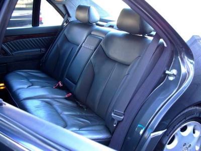 ★リアシートの快適性と余裕の広さはW140のロングボディならでは。 ★シートヒーター&電動調整リクライニング機能の付いた本革です。使用感も無く、コンディション良好です♪