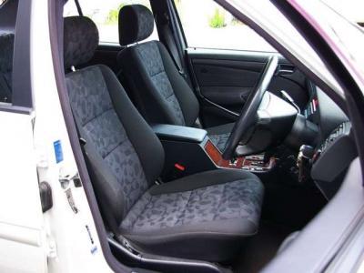 ★ブラックのファブリックシートは滑りにくくてホールド感も十分です。 ★運転席はパワーシートを装備しています♪