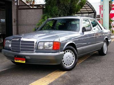 ★上品で優雅な「パールグレー」のボディは、新車当時の美しい輝きを放っています♪ ★ハッとするような美しいボディラインとその存在感はW126ならではです♪