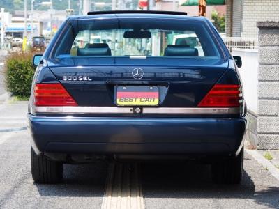 ★ボリューム感たっぷりの前期型バンパーデザインです。 ★リバース連動式のリア・クリアランスポールをトランクリッド横に装備。車庫入れ時の後方確認に役立ちます♪♪♪