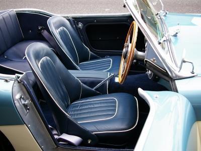 ★ブルーにホワイトのパイピングの入ったビニールレザーシートはとても良好なコンディションです♪ ★貴重な2+2の4人乗りビッグヒーリーを貴方のガレージにお迎え下さい♪