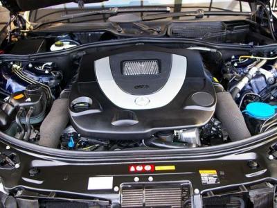 ★最大出力387ps/6000rpmと最大トルク54.0kg・m/2800〜4800rpm(カタログ値)を発揮する5.5リッターV型8気筒DOHCエンジン♪ 電子制御の7速AT、「7G-TRONIC」と組合されて余裕のクルージング♪