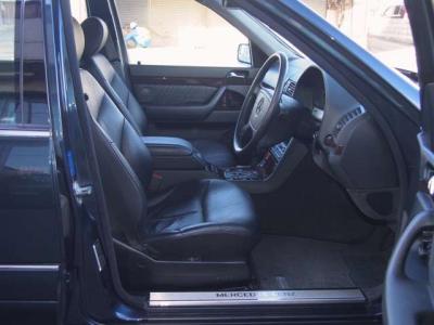★リアシートの快適性はロングボディならでは。その余裕の広さはW220やW221とてかないません♪ ★シートヒーター&電動調整リクライニング機能の付いた本革です♪