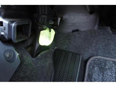 運転席足元には、フットランプも付いています!