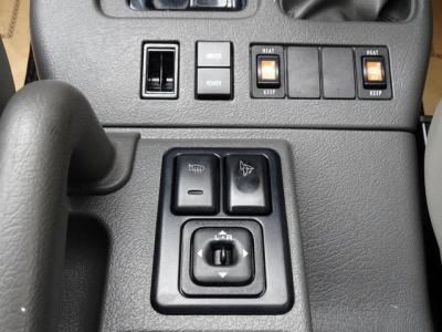 フロントシトーには、左右ともシートヒーターが付いています!寒い時期には、とても助かる装備です&有ると無しでは、全然違いますよ!