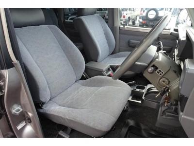 状態の良いフロントシート!社外シートカバー等で、汚れを隠したりしていません!日本自動車鑑定協会による鑑定においても、内装4点付いています!