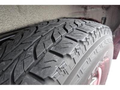 純正アルミホイール&タイヤ装着!アルミホイールの腐食もありません!タイヤの山もまだありますので、安心です!高いパーツになりますので、ご検討の際には重要な要素かと思います!