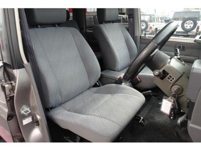復刻版GRJ70用純正運転席シートが装着されています&現行シートですので、乗り心地も良いです!第三者GOO鑑定においても、内装5点満点付いています!ご検討の際には重要な要素かと思います!