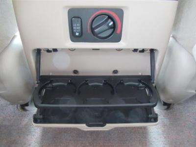 リアヒーター&後席専用収納式ドリンクホルダーも付いています!