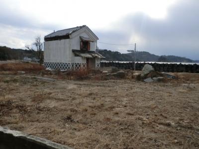 鮎川港の防災倉庫のみ残されております!その他の家は壊滅!