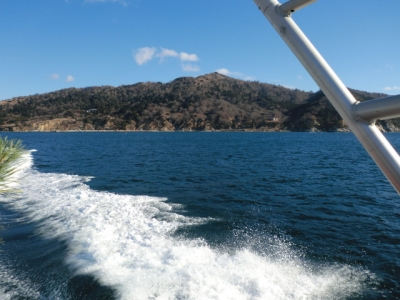 小型ボートで島に渡ります!気温0℃!ボートのスピードも速くてとても寒かった(−_−;)