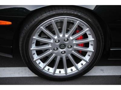 ホイールはBBS社製20インチ+ブレーキはブレンボ社製レッドキャリパー 全てジャガー純正品で御座います。