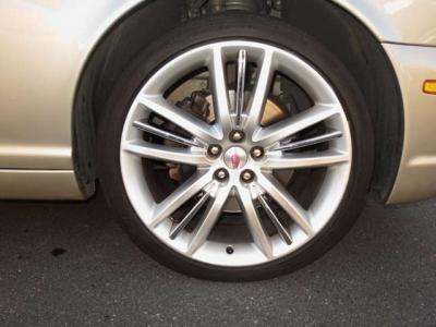 ホイールもポートフォリオ専用デザインでセンターキャップはヘリテージジャガーです。タイヤ新品に4本交換いたします