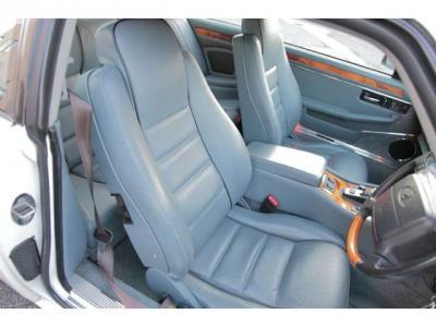 ヘッドレストにはジャガーロゴ型押しが御座います。限定車の証